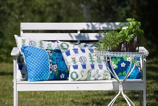 Blåvita vintage-kuddar i den nymålade soffan