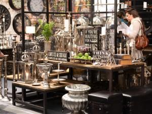 Även i vår fanns det mycket skyltar, som gärna kombineras med silverföremål och rustikt trä